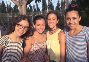 campamento de inglés para adolescentes en Valencia - niñas sonriendo