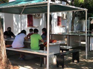 campamentos de inglés para niños en Valencia - clase a la sombra